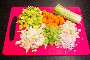 Nettoyez, épluchez et taillez tous les légumes
