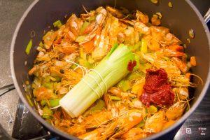 Puis ajoutez les légumes, le concentré de tomate et le bouquet garni