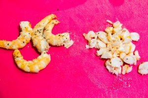 Coupez dix crevettes en petits morceaux