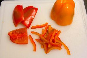 Coupez les poivrons en lamelles