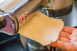 Abaissez les tranches de pain de mie