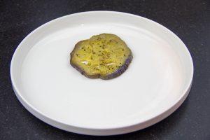 Déposez une rondelle d'aubergine de Sicile au centre de l'assiette