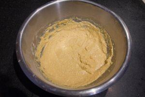 Versez la farine dans un grand récipient et mélangez la avec les 3 dl d'eau froide