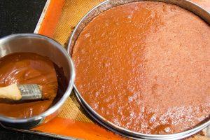 recouvrez la surface de la pâte d'une fine pellicule de chocolat