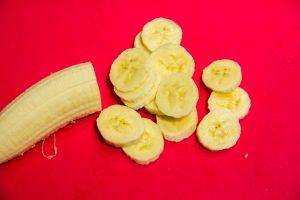 coupez les bananes en fines rondelles