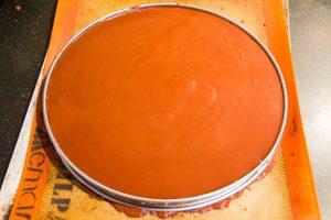 Recouvrez de ganache au chocolat