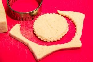 Coupez les tranches de pain de mie à l'aide d'un emporte pièce rond