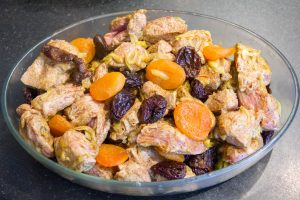 Ajoutez les abricots et les pruneaux