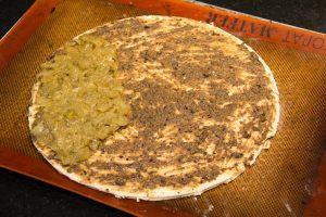 Étalez le pissala sur la pâte à l'aide d'un pinceau et disposez la compoté de fenouil