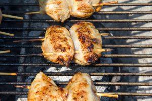 Cuire les brochettes de caille au barbecue