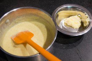 Ajoutez, hors du feu, le beurre froid coupé en morceaux, puis mélangez