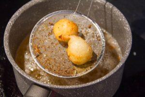 A l'aide d'une écumoire, retirez les beignets