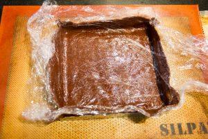 Retournez alors la pâte et posez-la sur le cercle à tarte. Faites épouser délicatement la pâte à la forme de votre cercle