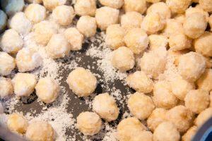 Le mélange sucre et noisettes va devenir très sableux