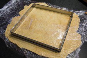 Étalez la pâte et vérifiez sa dimension par rapport à votre moule