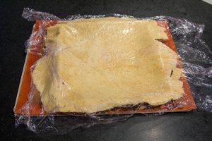Retournez alors la pâte et posez-la sur le cercle à tarte