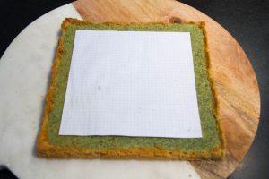 Puis déposez sur la tarte refroidie une feuille de papier aux dimensions inférieures de votre tarte