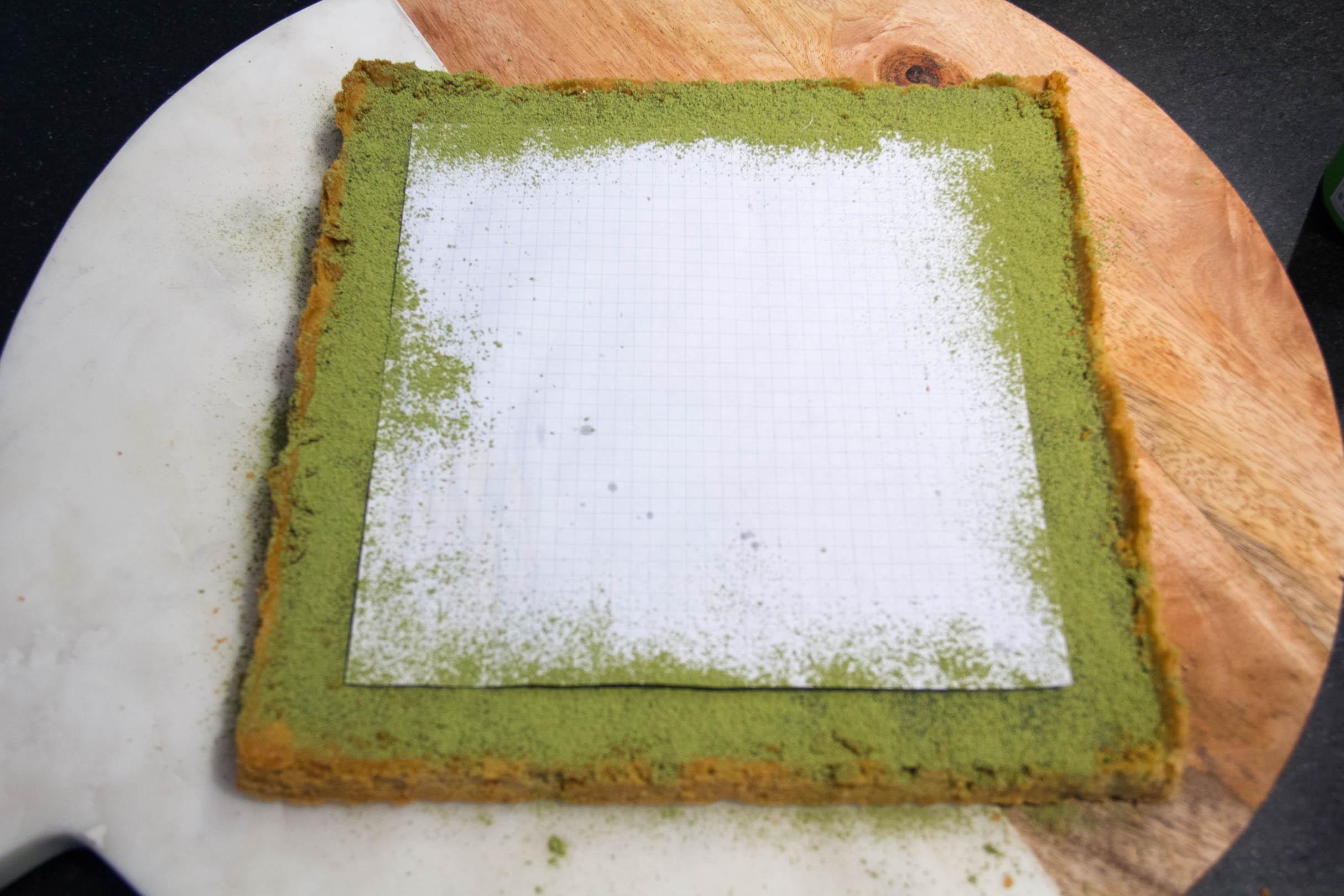 Saupoudrez tout autour de la feuille du thé matcha