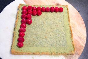Puis disposez régulièrement les framboises sur la tarte