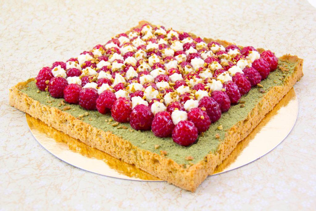 Tarte estivale framboise pistache et thé matcha