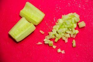 Coupez l'équivalant de deux belles cuillerées à soupe de concombre restant en tous petits dés