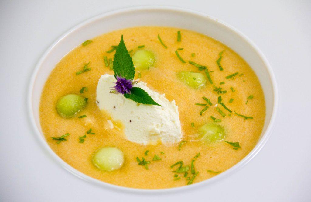 Soupe anisée aux deux melons et sa délicate quenelle au chèvre frais