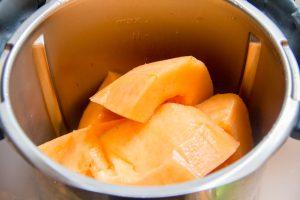Mettez les chairs de deux melons dans le mixeur avec le pastis