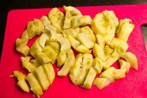 Coupez les fonds d'artichauts en morceaux
