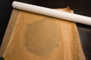 Etalez la pâte à craquelin entre deux feuilles de papier cuisson