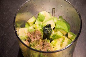 Mixez tous les ingrédients du guacamole
