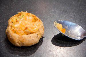 Farcissez les choux avec le tartare de saumon