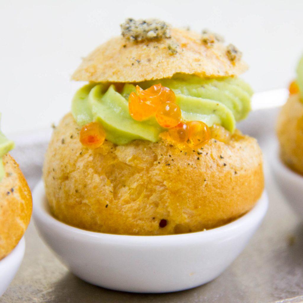 Choux apéro au tartare de saumon et guacamole