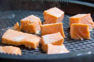 Cuire les dés de saumon vapeur