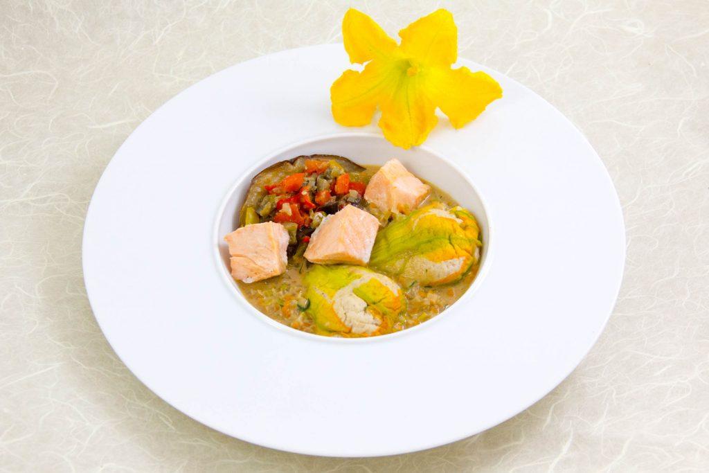 Fleurs de courgettes farcies au saumon, petite ratatouille croquante