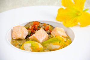 Fleurs de courgettes farcies au saumon et aubergine, petite ratatouille croquante