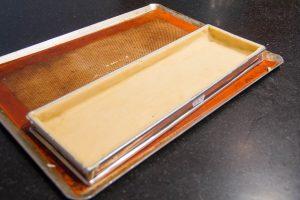 A l'aide d'un rouleau à pâtisserie ou d'un couteau ôtez le surplus de pâte
