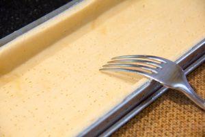 Piquez la pâte à l'aide d'un fourchette