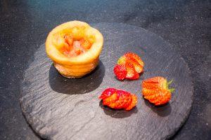 Remplissez les coupes de tartare de fraises