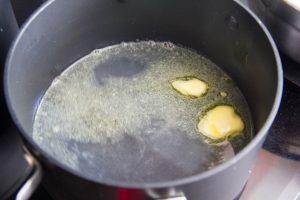 Faire chauffer l'eau et le beurre