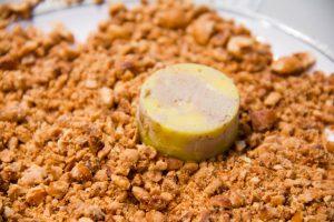 Parsemez la surface du bonbon d'éclats de noisette