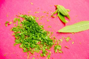 Ciselez grossièrement les feuilles de verveine