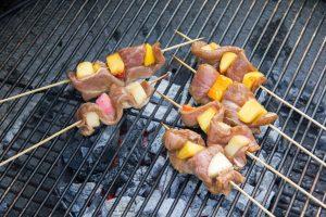 Cuire les brochettes de canard sur le barbecue juste au dessus des braises