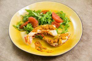 Queues de langouste au barbecue, beurre de tomate et citron confit