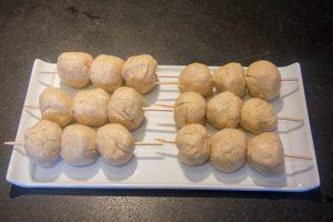 Enfilez les boulettes de poulet sur des piques en bambou