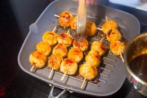 Mettez les brochettes à dorer sur un petit grill ou sur le barbecue pendant quelque minutes