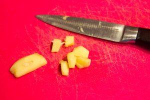 Epluchez et taillez le gingembre