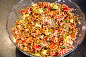 Mélangez le kasha à la salade
