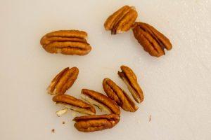 Coupez les noix de pécans en deux