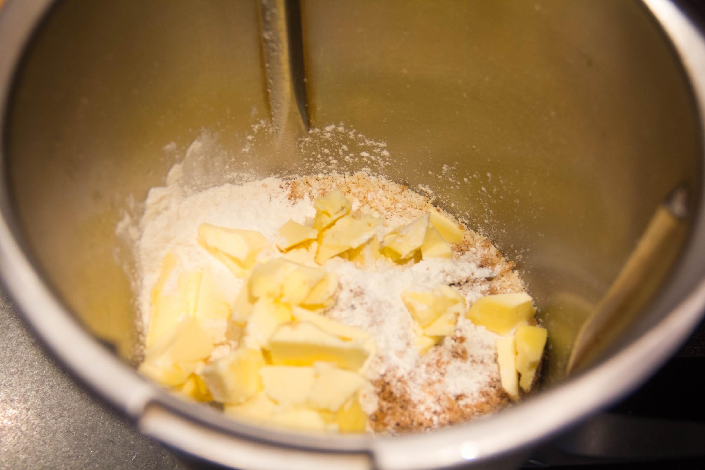 Dans le bol d'un robot pâtissier, versez la farine, le sucre, le sel et la poudre de noisettes puis mélangez les ingrédients.