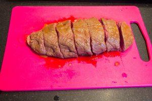 Coupez le rôti de biche en tranches épaisses d'environ 180 g chacune